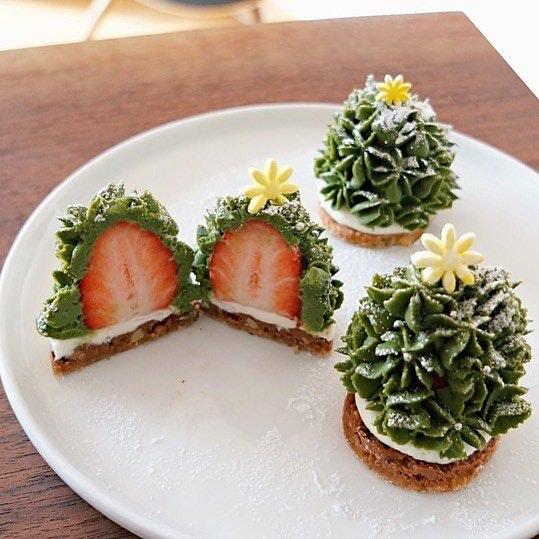 Strawberry Tree Tartlet - kikiyul - http://bit.ly/2Ae2baY