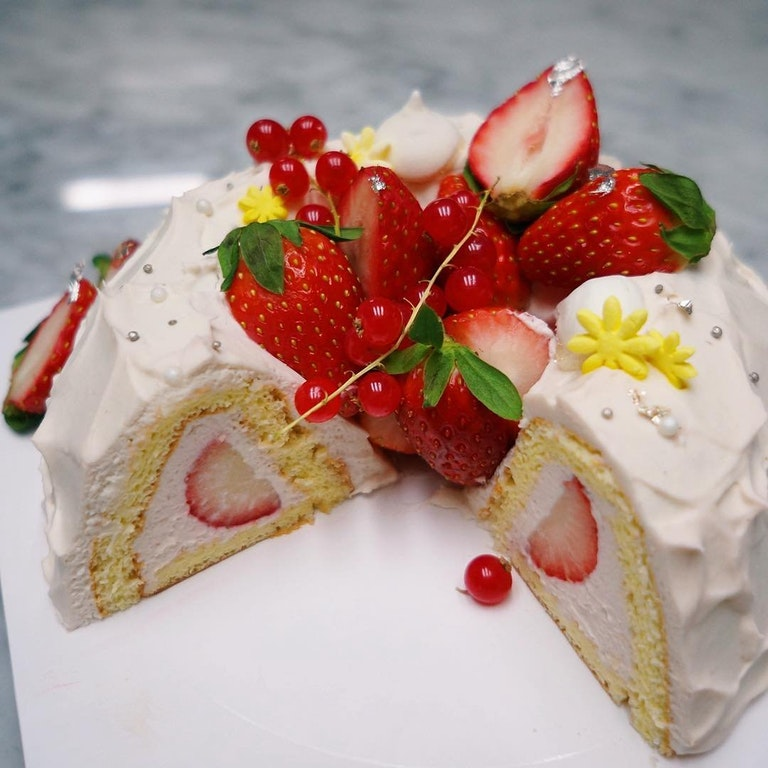 Strawberry Wreath Cake - kikiyul - http://bit.ly/2A3siok