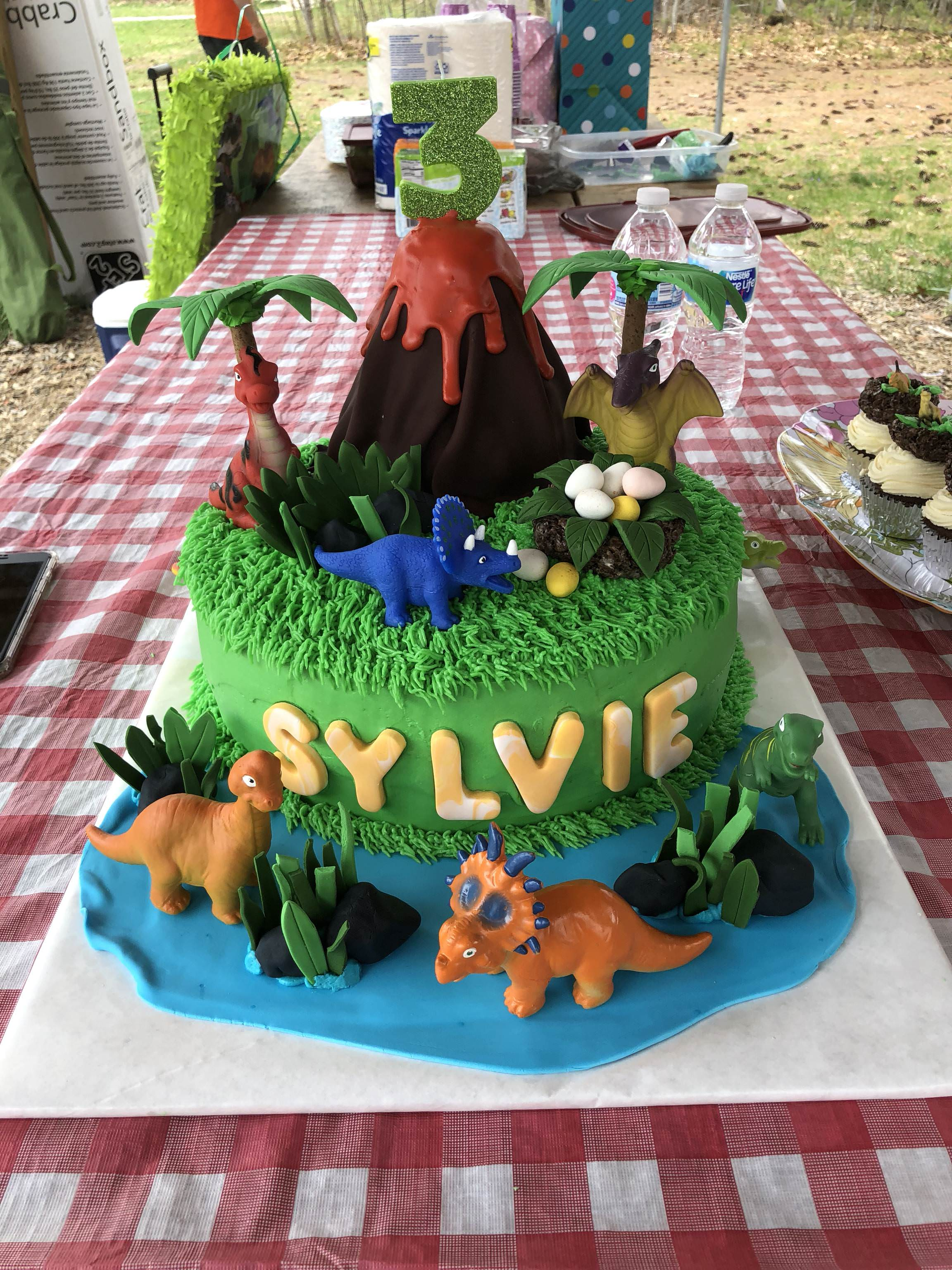 My daughter kept asking for a chocolate dinosaur cake - latsyrcami - bit.ly2IrdBhY