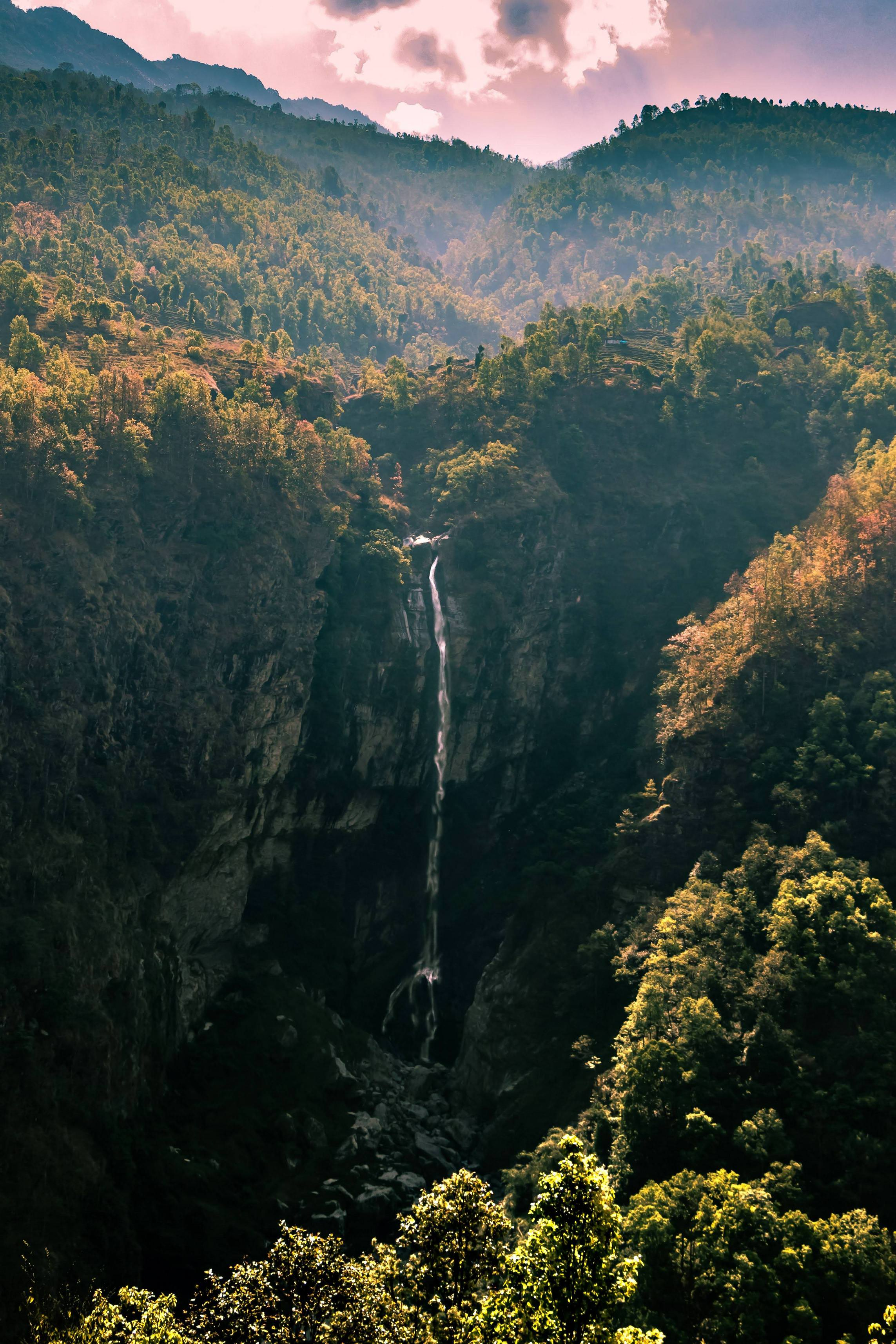 Small waterfall in the foothills of the Himalayas - Daaaffie - bit.ly2rVMQJc