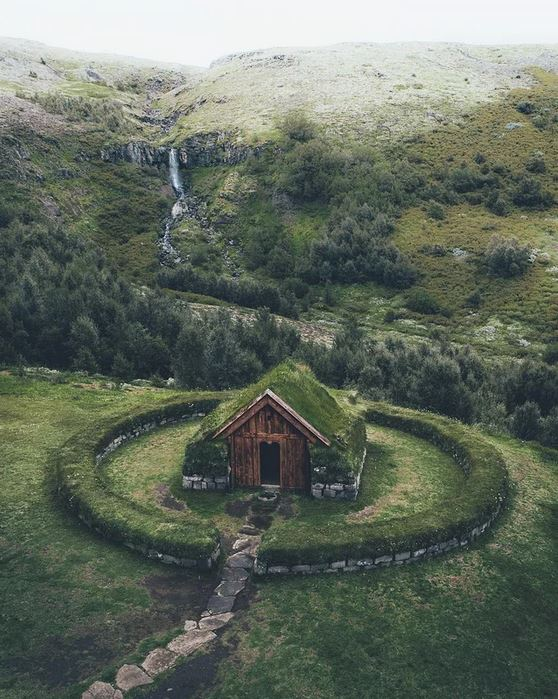 A well-guarded cottage in Iceland